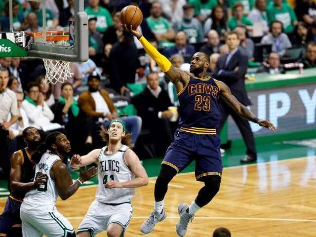 LeBron James anota en el Cleveland Cavaliers - Boston Celtics