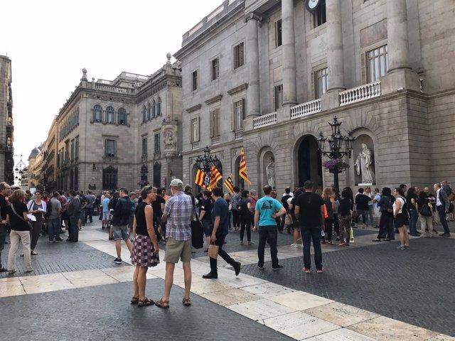 Trabajadores de L'Auditori en la plaza Sant Jaume