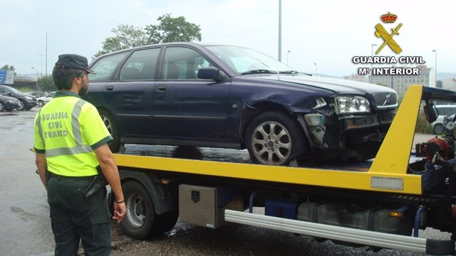 La Guardia Civil intercepta un conductor en Pontevedra con ruedas pinchadas.
