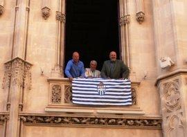La fachada del Consell de Mallorca luce la bandera del Atlètic Balears con motivo de su 75º aniversario