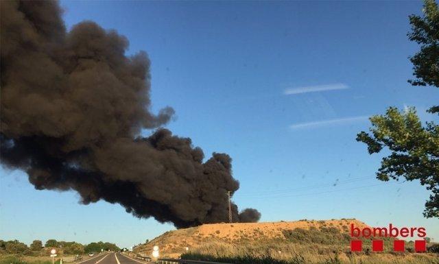 Arden 60.000 palés, colchones y una máquina trituradora en una empresa de Lleida