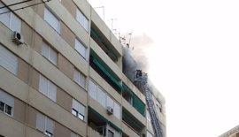 Un trasladado al hospital por traumatismo en el incendio de un piso en Córdoba