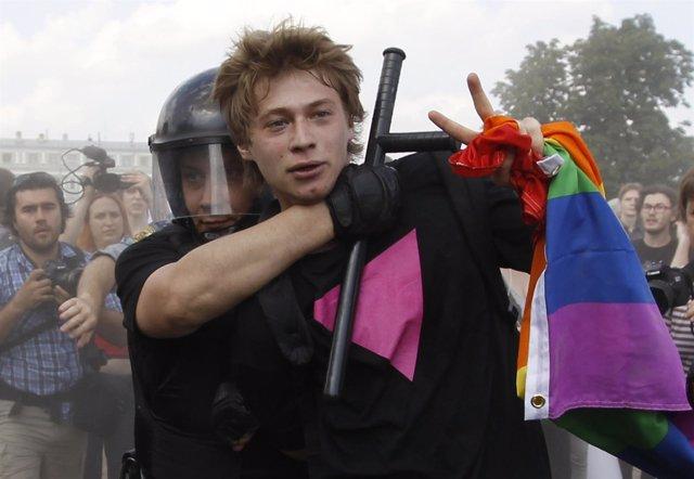 Un detenido en Rusia en una manifestación a favor de los homosexuales