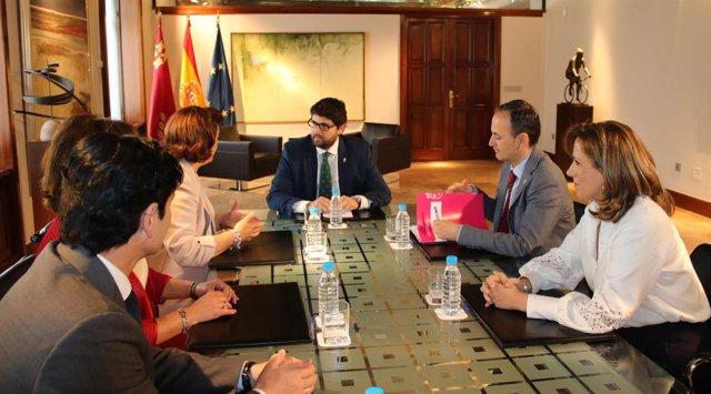 Imagen de la reunión de López Miras con los miembros de la Cofradía