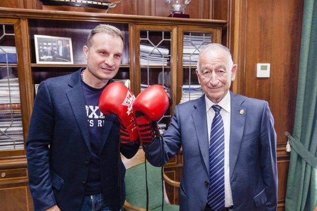 Javier Castillejo le ha entregado a Gabriel Amat unos guantes de boxeo firmados.