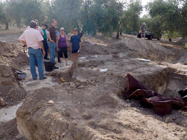 Caravaca (centro) con familiares de los fusilados junto a la excavación