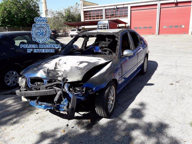 Estado en el que quedó el coche tras colisionar con una farola en la fuga.