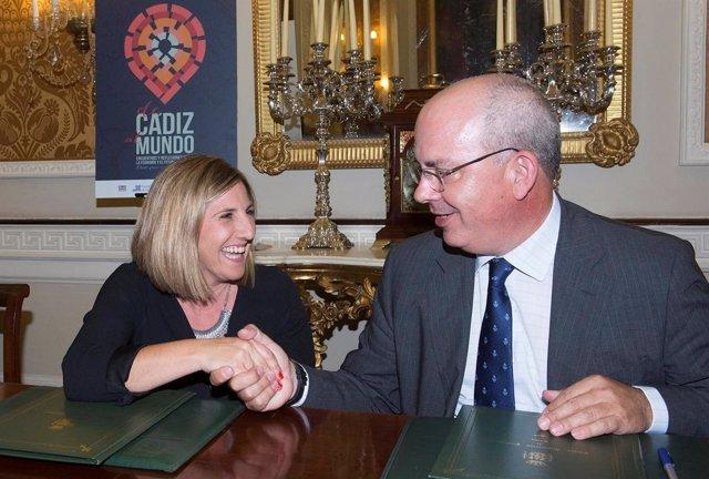 La presidenta de la Diputación de Cádiz con el presidente de los empresarios