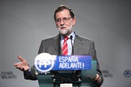 """Rajoy dice que su mano está """"tendida"""" para pactar con Sánchez y ve mejor trabajar juntos que estar """"a la gresca"""""""