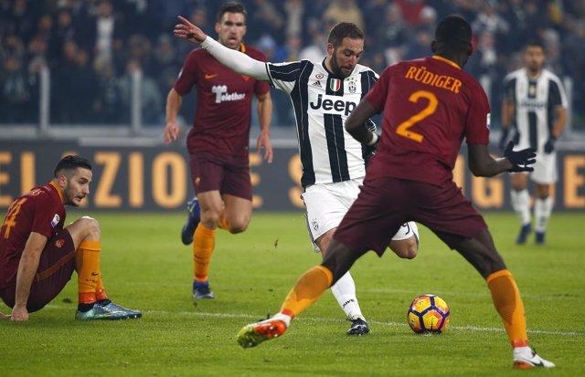 Higuaín dispara en el Juventus - Roma