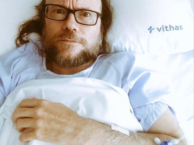 El actor Santiago Segura, tras una intervención de apendicitis