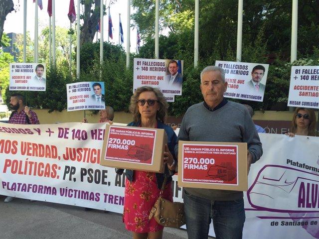 Víctimas del Alvia depositan 270.000 firmas en la Comisión Europea