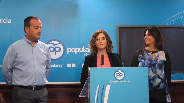 Javier Iniesta, Isabel Díaz e Isabel Borrego, en la rueda de prensa