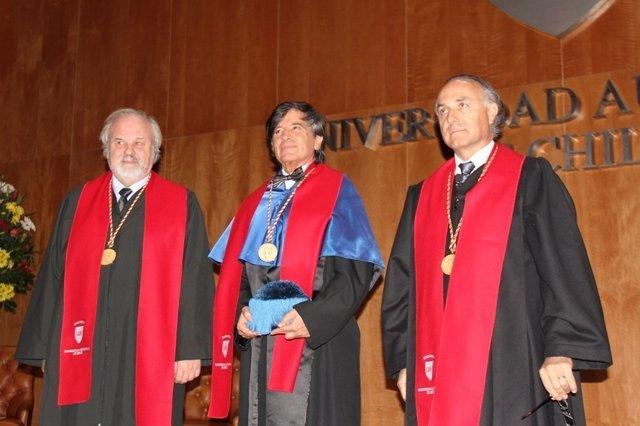 López-Otín (centro) investido doctor honoris causa en Chile.