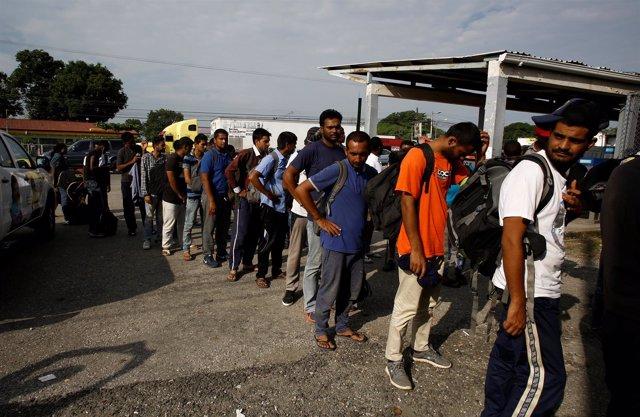 Inmigrantes esperan a cruzar la frontera entre Costa Rica y Panamá