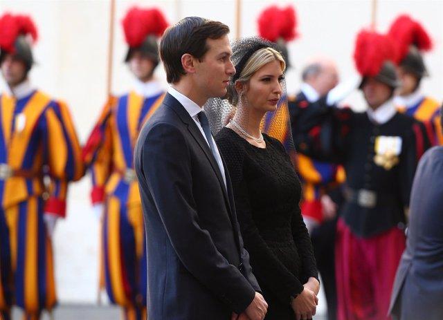 Ivanka Trump y su marido, Jared Kushner, en el recibiendo a Trump