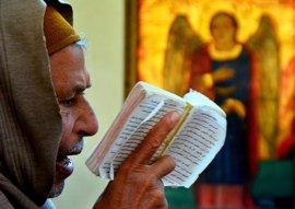 Miles de personas se reúnen en una iglesia en Egipto en honor a las víctimas del atentado contra los coptos