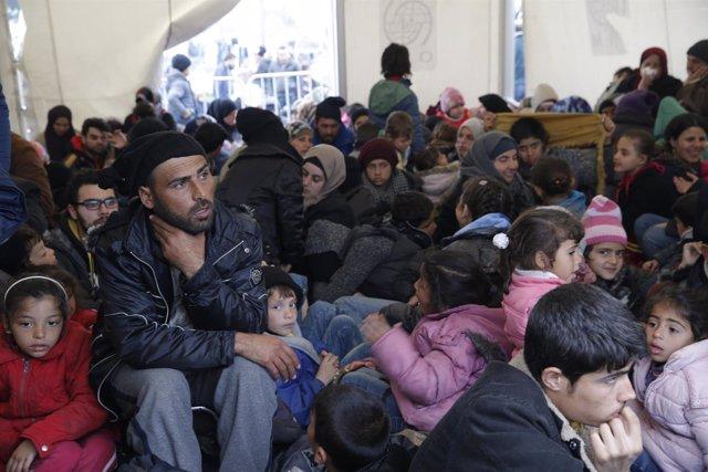 Inmigrantes esperan en la frontera entre Grecia y Macedonnia