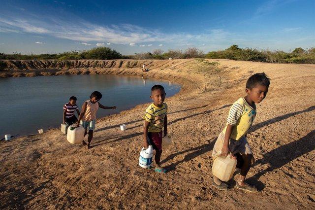 Niños con agua en Colombia