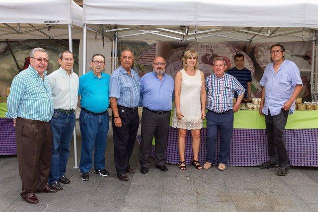 Ana Ollo con representantes del Hogar Navarro de Bilbao