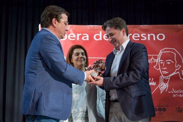 Vara entrega el premio a Jordi Doce