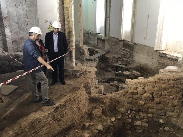 El conseller de Hacienda visita las excavaciones del Palacio de Calatayud