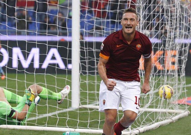 Francesco Totti celebra un gol con su amada Roma