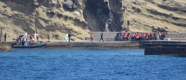 La Armada auxilia a una patera con 35 personas