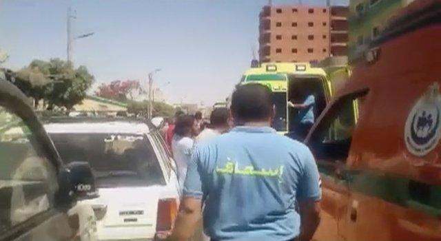 Ambulancia transporta a los heridos en un ataque contra cristianos coptos