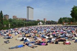 Mil personas representan cuerpos ahogados para denunciar la situación de los refugiados
