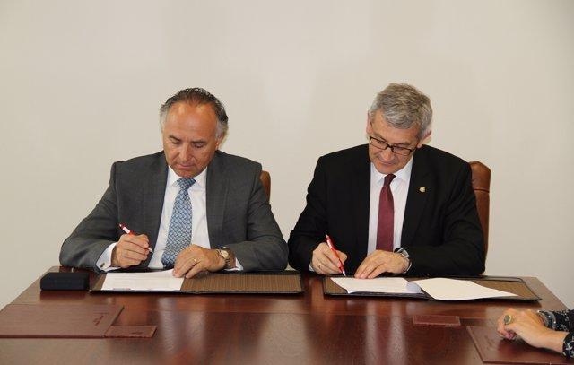 Ribera (izquierda) y Granda, durante la firma del acuerdo.