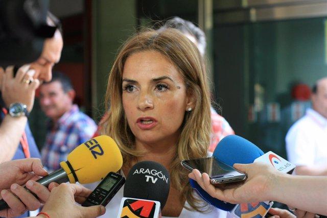 Susana Sumelzo atiende a los medios con motivo del congresillo del PSOE-Zaragoza