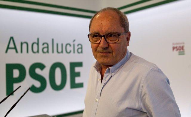 El 'número dos' del PSOE-A, Juan Cornejo, en rueda de prensa en la sede regional