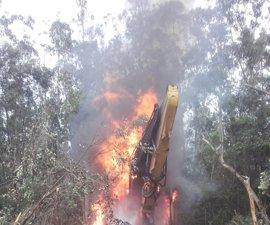 Una procesadora de madera resulta calcinada por el fuego en Ribadedeva