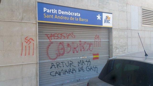 Pintadas en la sede del PDeCAT de Sant Andreu de la Barca (Barcelona)