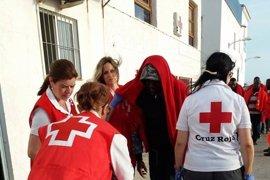 Llegan a Motril (Granada) las 32 personas rescatadas de una patera en el mar de Alborán