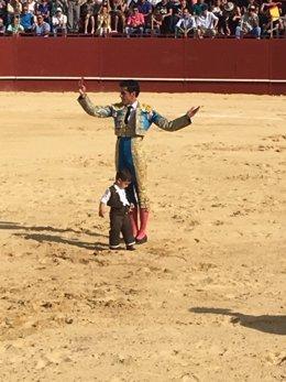Víctor Janeiro con su hijo en un mano a mano taurino en Arcos de la Frontera