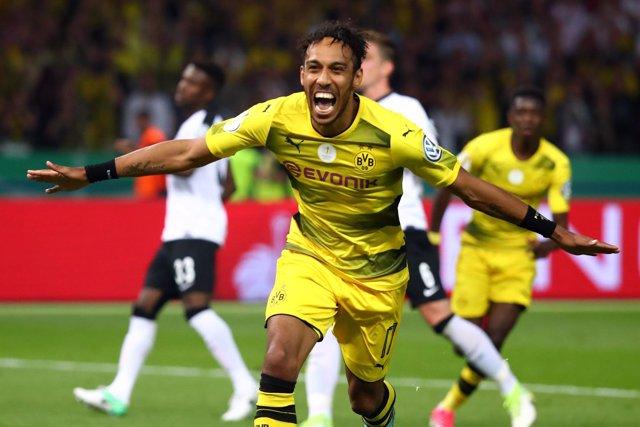 Pierre Emerick Aubameyang celebra el título en la Copa Alemania