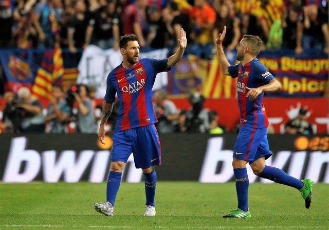 Messi celebra un gol en el Calderón con Paco Alcácer
