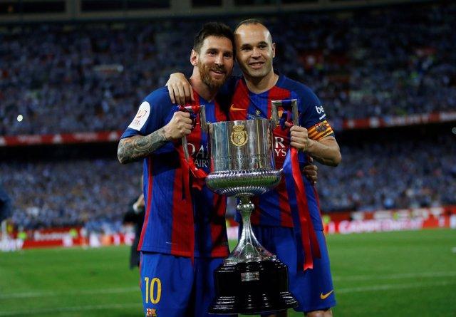 Lionel Messi y Andrés Iniesta en el césped del Calderón celebrando la Copa