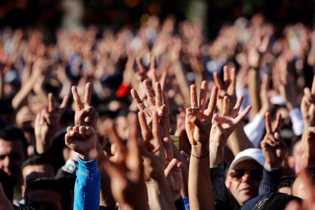 Activistas y manifestantes salen a la calle para protestar en Alhucemas.