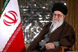 """Jamenei acusa a Arabia Saudí de """"oprimir a su propio pueblo"""" al alinearse con países como EEUU"""