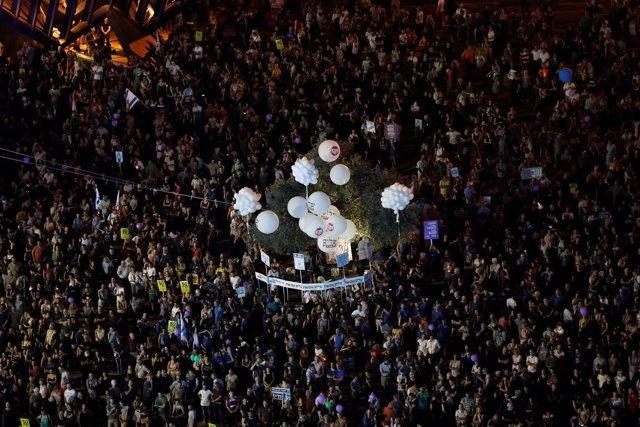 Miles de personas se manifiestan en la plaza Rabin, en Tel Aviv.