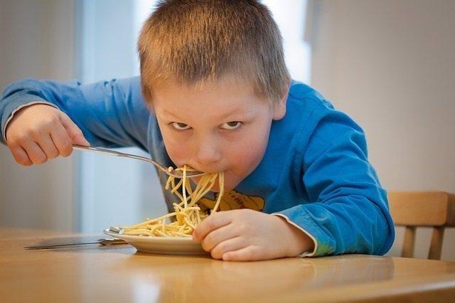 Niño, hidratos, comer, pasta