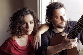 Irene Atienza y Douglas Lora repasan al cancionero popular de varios países en el Palacio de Festivales