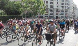 Miles de ciclistas toman València para exigir respeto en la carretera y apoyar a las víctimas de Oliva