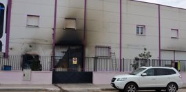 Un incendio destruye parte de una nave de salazones de Alcázar y se salda con un intoxicado