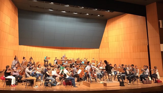 OSRM junto al junto al violonchelista murciano Lorenzo Meseguer