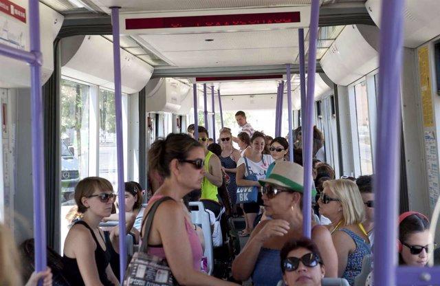 Viajeros en un tranvía de Metrovalencia