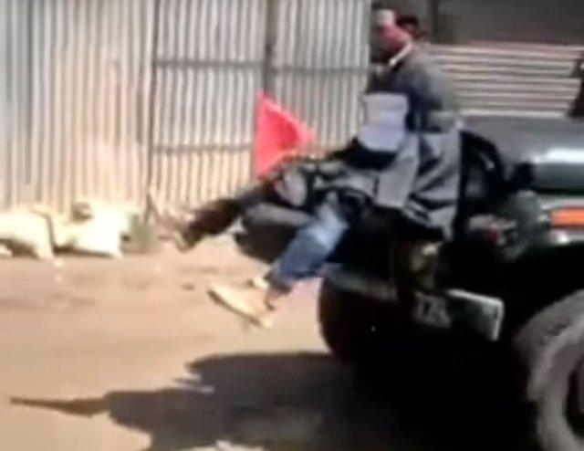Hombre atado a un todoterreno del Ejército indio en Cachemira